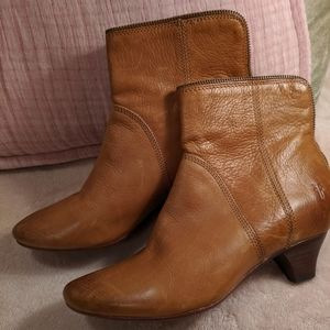 Frye tan leather ankle bootie zip back size 9